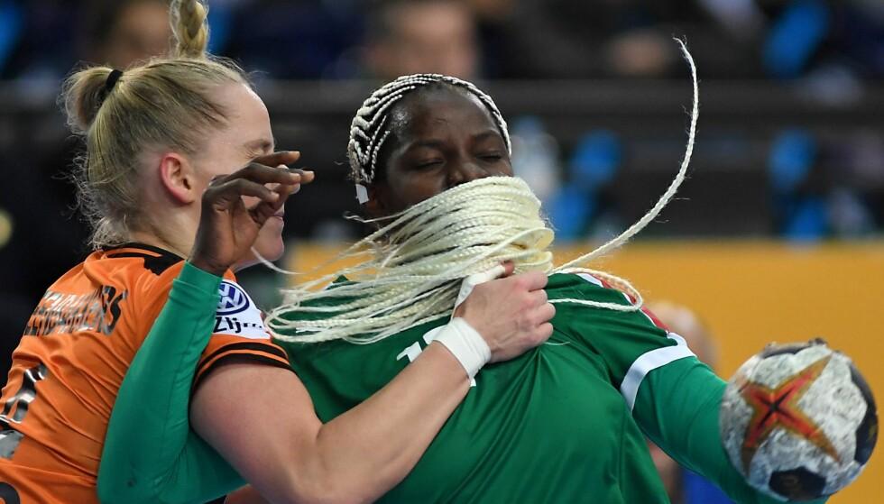 UTEN KLISTER: Nederland stoppet Kamerun og Haein Sim i håndball-VM, men laget fra Afrika ble overrasket da de fant ut at det spilles med klister på ballene i VM. Foto: NTB Scanpix