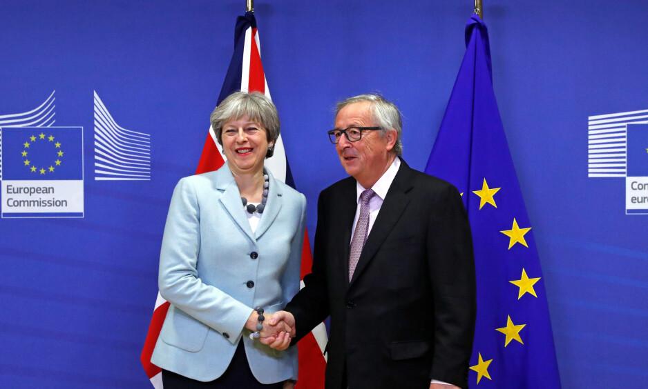 FORHANDLER: Storbritannia og EU forhandler for tiden om «Brexit-avtalen», som skal definere forholdet mellom Storbritannia og EU etter at Storbritannia trer ut. Her blir den britiske statsministeren Theresa May tatt imot av president i Europakommisjonen Jean-Claude Juncker i Kommisjonens hovedkvarterer i Brüssel før jul. REUTERS/Yves Herman
