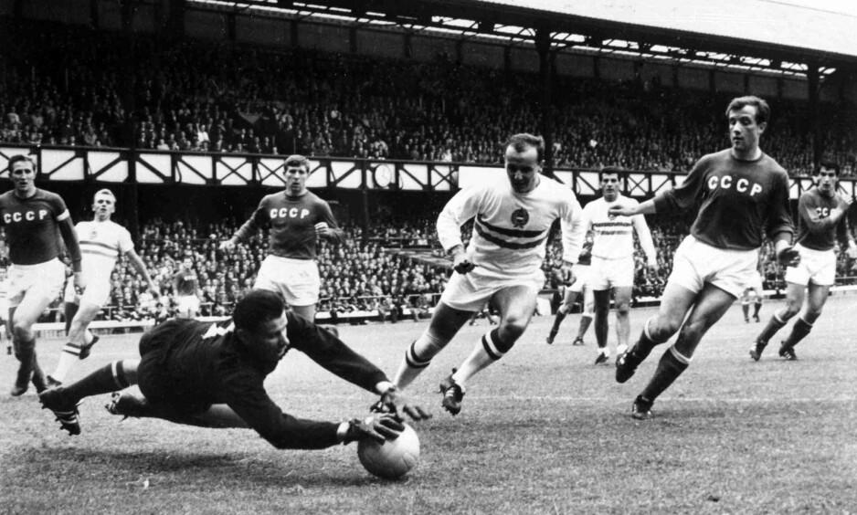 TIDENES KEEPER: Lev Jasjin i aksjon mot Ungarn i kvartfinalen i VM i 1966. Sovjetunionen klarte aldri å vinne VM med keeperen på laget. Foto: AP Photo/Bippa/NTB Scanpix