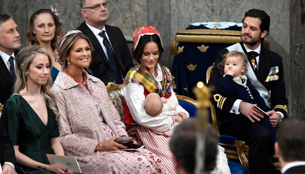 STOR DAG: Sara Hellqvist, prinsesse Madeleine, prinsesse Sofia og prins Carl Philip med barna prins Gabriel og prins Alexander. Foto: Anders Wiklund / TT / IBL Bildbyrå