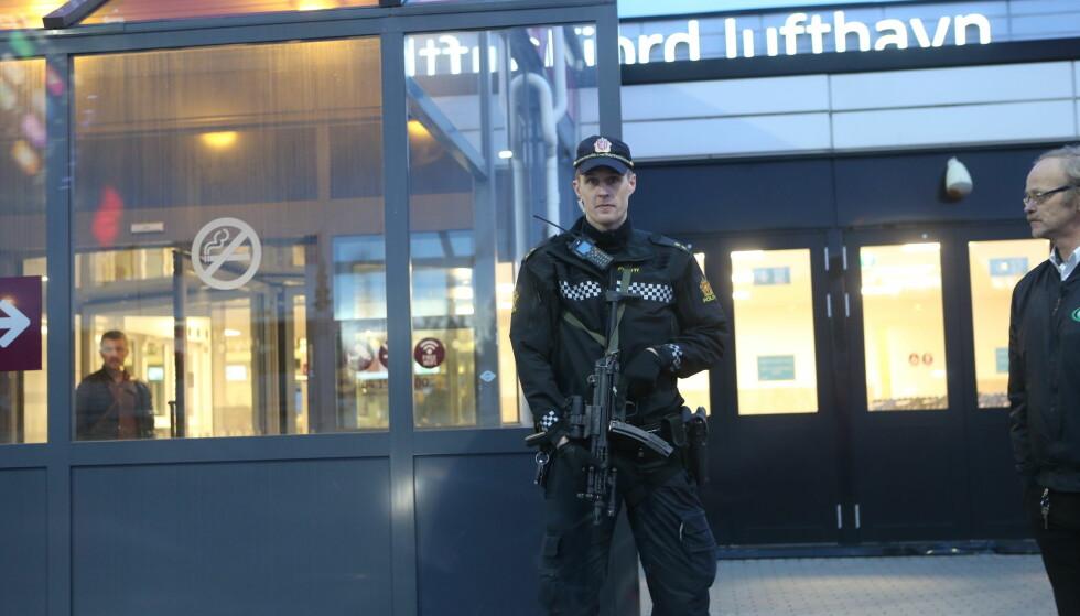 VAKTHOLD: Væpnede politifolk holder vakt ved inngangene og utgangene på Torp. Foto: Geir Eriksen / GFOTO