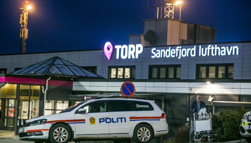 TILSTEDEVÆRELSE: Et stort antall politifolk, ambulanser og brannbiler rykket ut til Torp lufthavn ved Sandefjord fredag ettermiddag. Sikkerheten var merkbart skjerpet, med væpnet politi som holdt vakt ved alle inn- og utganger.Foto: Trond Reidar Teigen / NTB scanpix