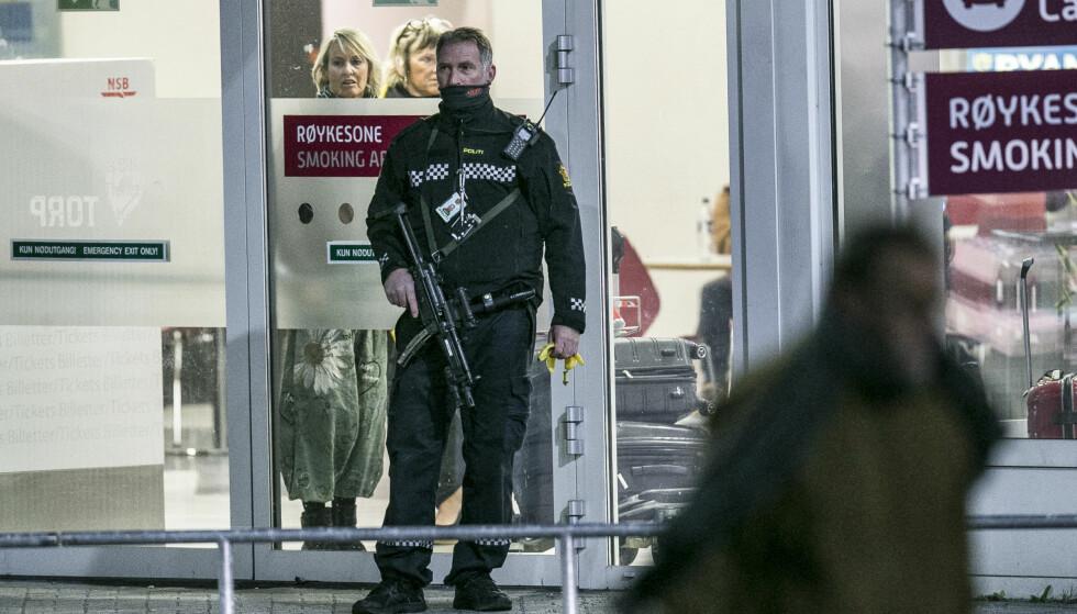 VÆPNET: Politiet har væpnet seg foran inngangene og utgangene på Torp. Foto: Trond Reidar Teigen / NTB scanpix