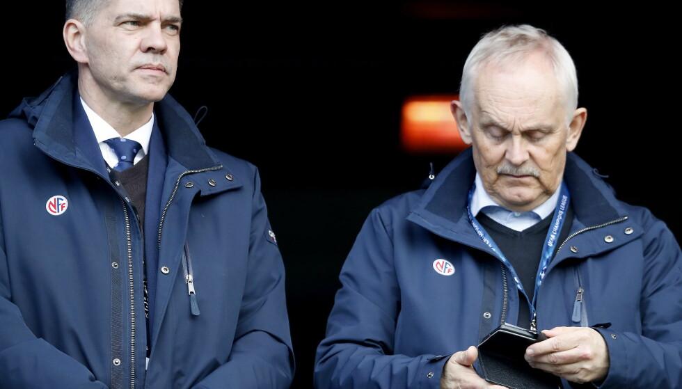 FØLGER MED: Dommersjef Terje Hauge på tribunen da Vålerenga slo Sogndal 3-0 tidligere i år. Foto: Bjørn Langsem / Dagbladet