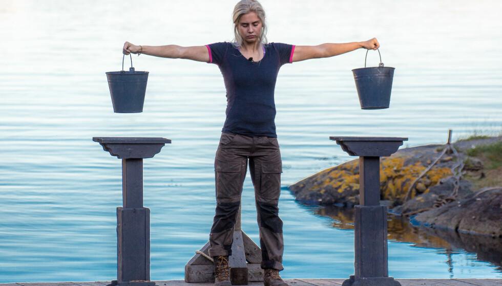 BLYTUNGT: Amalie Snøløs (21) måtte innse at kroppen ikke ville mer under kveldens melkespannkonkurranse mot Eunike Hoksrød (39). Dermed er hun ute av «Farmen». Foto: Alex Iversen / TV 2