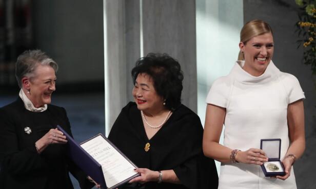 FREDPRIS: Leder av fredsprisvinner ICAN, Beatrice Fihn, og ICAN-aktivist og Hiroshima-overlever Setsuko Thurlow mottar Nobels fredspris i Oslo rådhus fra Nobelkomitéleder Berit Reiss-Andersen. Foto: Terje Bendiksby / NTB scanpix