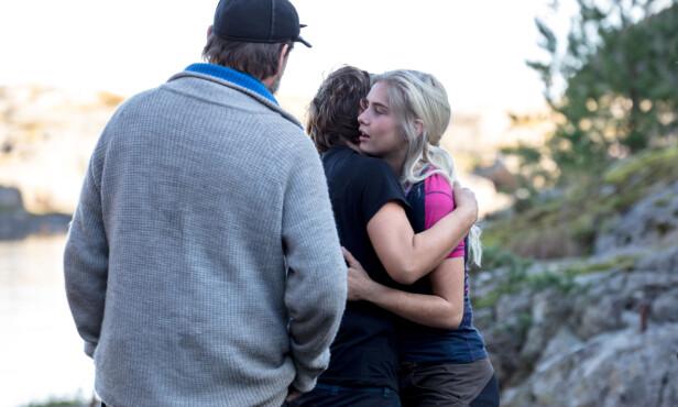 GOD KLEM: Amalie Snøløs tar farvel med de to gjenværende deltakerne, Eunike Hoksrød og Halvor Sveen, etter konkurransen. Foto: Alex Iversen / TV 2