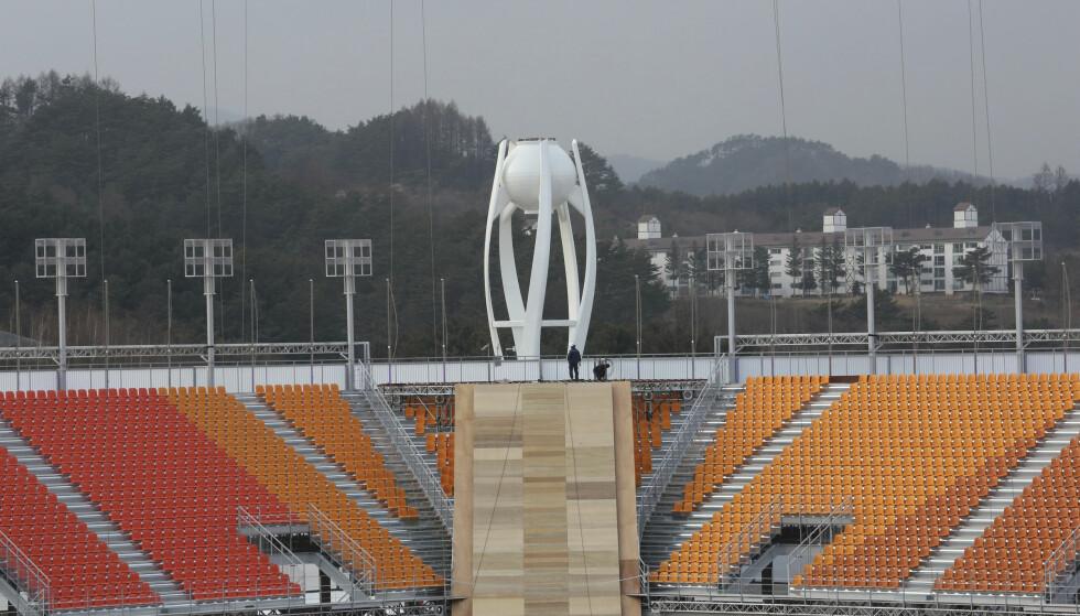 KULDE: OL-stadion i Pyeongchang var per 27. november fortsatt under konstruksjon. Mangelen på tak gjør at arrangøren frykter bitende kulde og hypotermi blant tilskuerne. AP Photo/Ahn Young-joon