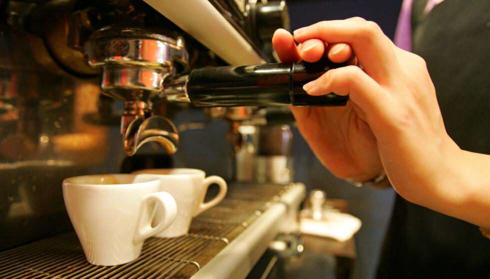 HACKERNE SER DEG: Det spås at hackerne kommer til å hacke seg inn i kaffemaskiner i 2018. Veien derfra til resten av husholdningen eller bedriftens datasystem er kort. Foto: Richard Chung / Reuters / NTB Scanpix