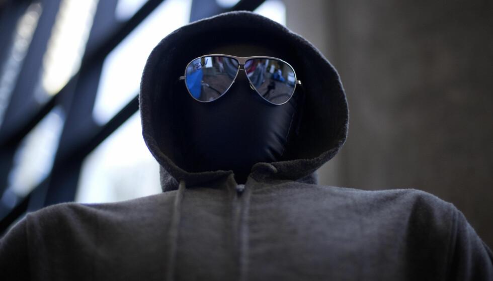 UNABOMBEREN: Hettejakka og solbrillene som Ted Kaczynski - Unabomberen - selv brukte. Foto: AP Photo/David Goldman.