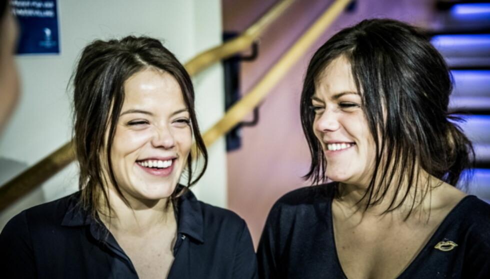FORSKJELL: Johanne og Kristine forklarer at man må se på hvilken side de har piercing på, for å lettere se forskjell på dem. Foto: Christian Roth Christensen / Dagbladet