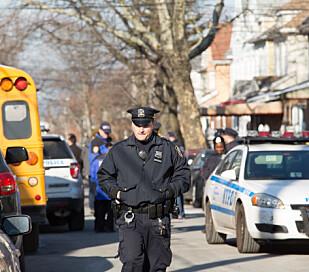 SPERRET AV: Politiet har sperret av adresse i Brooklyn, der den mistenkte 27-åringen, ifølge anonyme politikilder, skal ha bodd. Foto: Daniel Shapiro