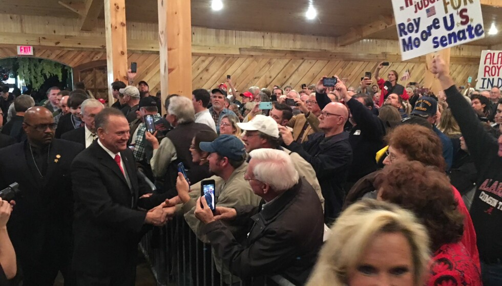 KAN BLI SENATOR: Den overgrepsanklagete, republikanske senatskandidaten i Alabama, Roy Moore, ankommer sitt eget valgkamparrangement i Midland City natt til tirsdag norsk tid. Foto: Vegard Kristiansen Kvaale / Dagbladet