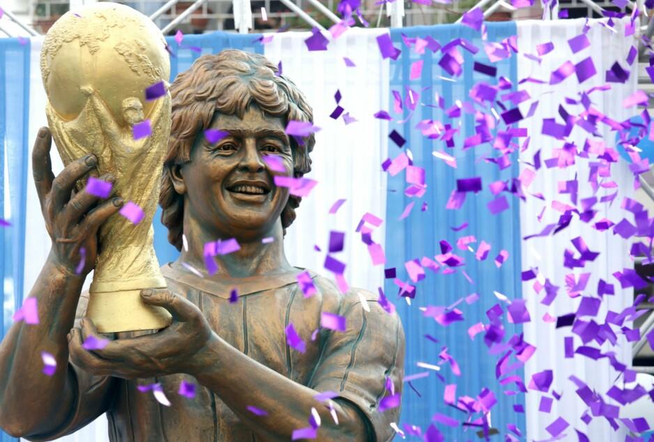 SER DU LIKHETEN? Denne statuen skal vise Diego Maradona med VM-pokalen i 1986. Foto: PIYAL ADHIKAR/EPA/NTB Scanpix