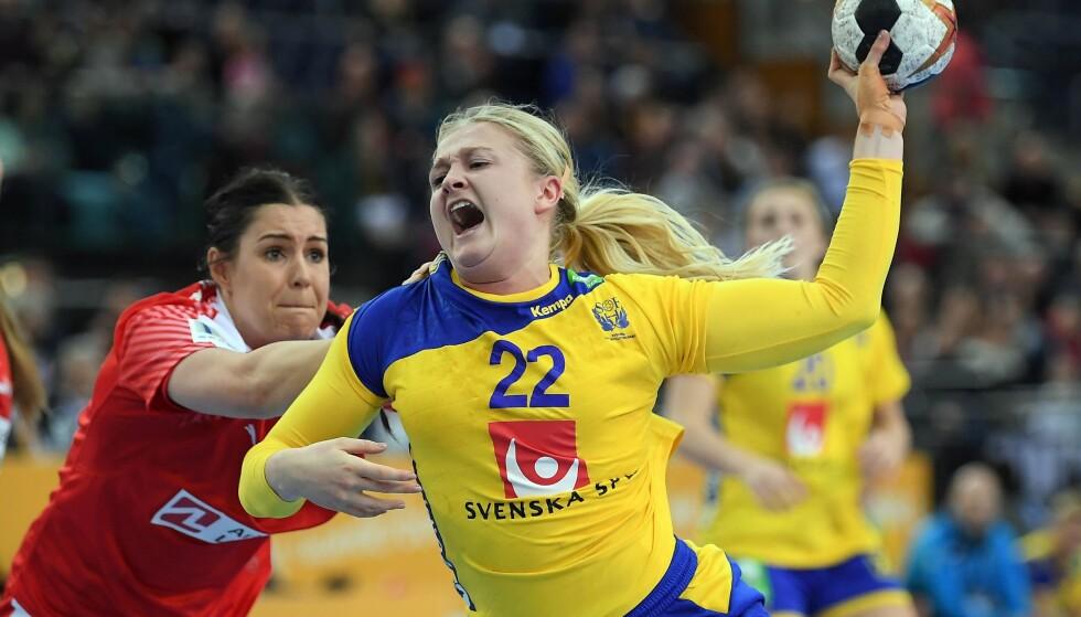 GULBLÅ TRIUMF: Sveriges Hanna Blomstrand (foran) i duell med Danmarks Stine Bodholt Nielsen. Foto: NTB Scanpix