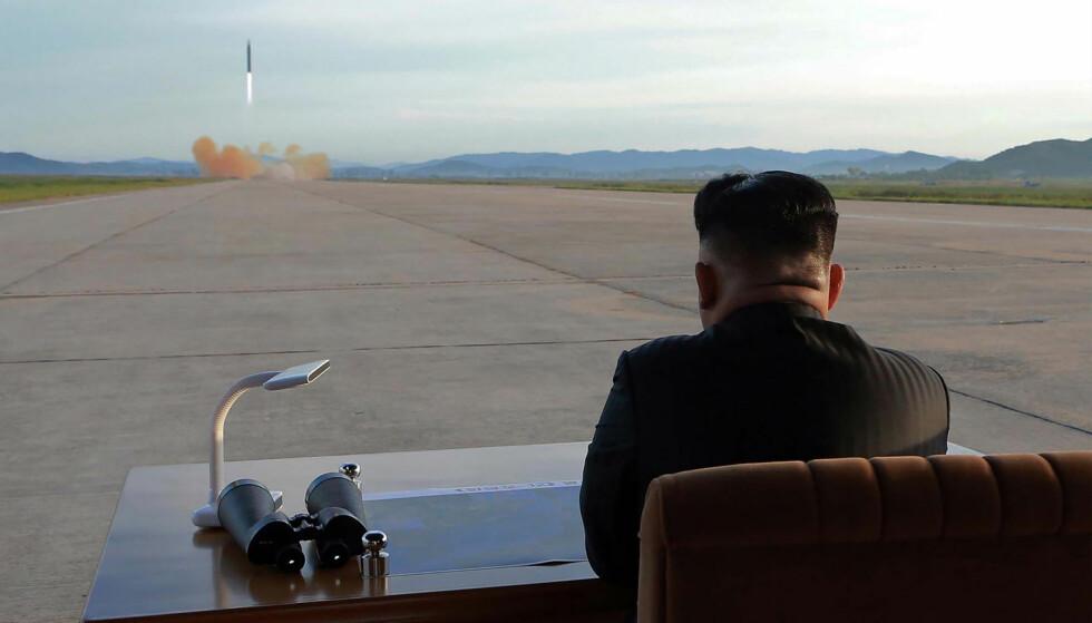 FARLIG SITUASJON: På dette udaterte bildet fra Nord-Koeas offisielle nyhetsbyrå KCNA ses Nord-Koreas leder Kim Jong-Un mens han ser på en oppskyting av en ballistisk missil. Nord-Koreas atomvåpenprogram har ført til en svært tilspisset situasjon med USAs president Donald Trump. Foto: AFP/KCNA