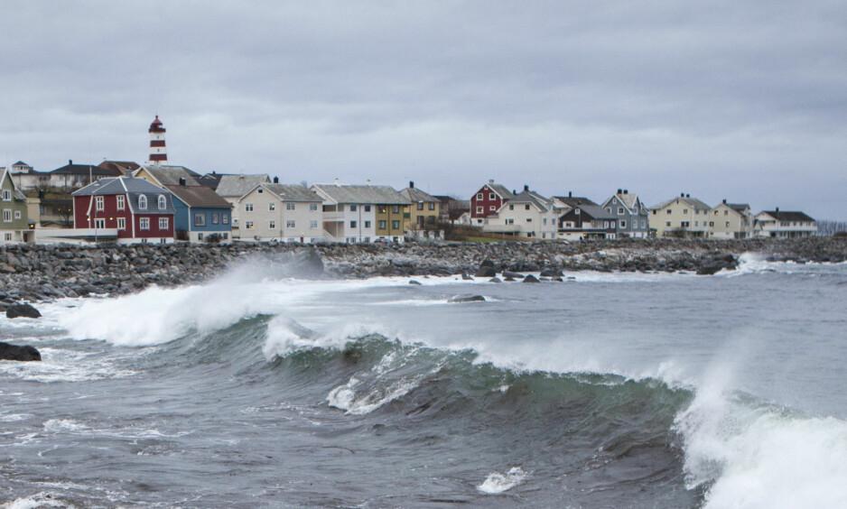 LEVER LENGER: Folk som er bosatt på Vestlandet, her representert ved Alnes på Godøya i Møre og Romsdal, lever i gjennomsnitt tre år lenger enn folk i Finnmark. Foto: Paul Kleiven / NTB scanpix