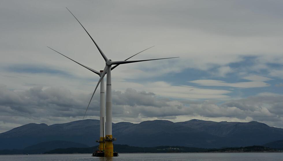 ÅPNET HAVVINDPARK: I høst åpnet Statoil verdens første flytende vindmøllepark utenfor kysten av Skottland, med turbiner som her bygges på Stord. I dag vedtar Stortinget at det skal åpnes for havvind også i Norge. Foto: Marit Hommedal / NTB Scanpix