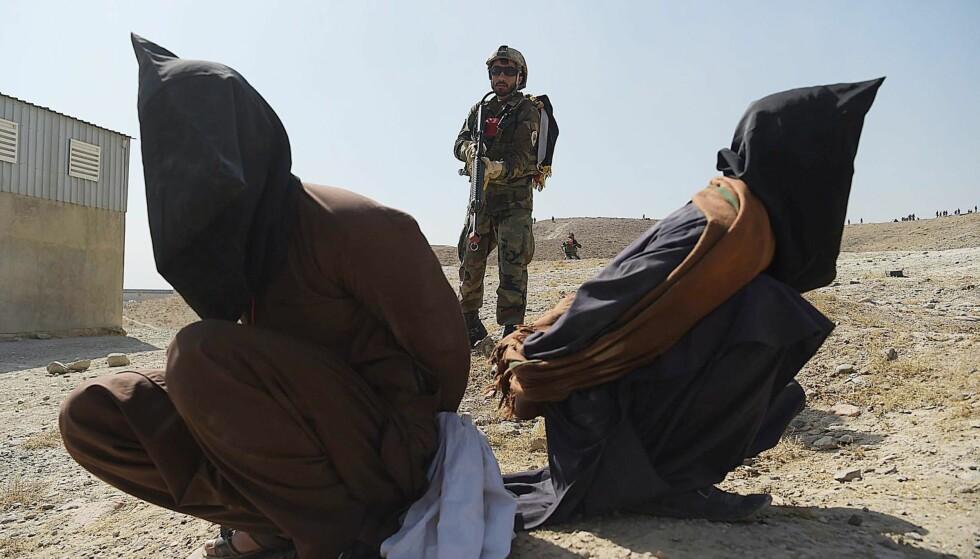 VIL VITE: Artikkelforfatter Simen Sætre skriver blant annet dette: «Som nordmann er jeg ute etter mening. Jeg trenger å vite at det vi gjorde i Afghanistan, på et eller annet nivå, betød noe, utgjorde en forskjell». Bildet er fra oktober 2017 der afghanske soldater øver og viser hvordan de vil vise fram medlemmer av Taliban hvis de blir tatt til fange.