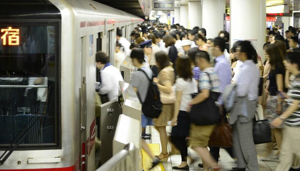 TRANGT OM PLASSEN: Det er rift om sitteplassene på t-banen i Tokyo. Nå skal en egen app hjelpe gravide kvinner med å finne et sete. Foto: NTB Scanpix