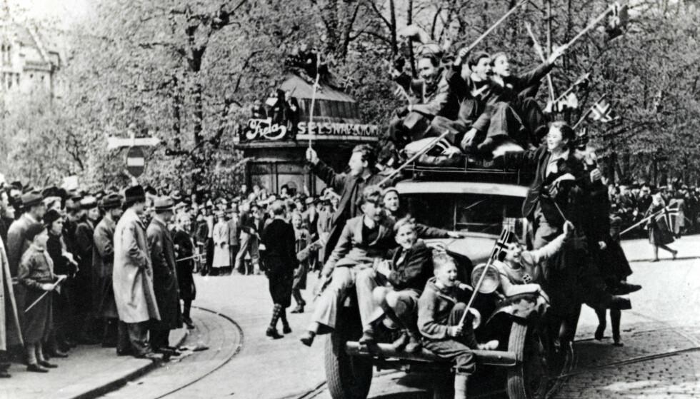 ALDRI FERDIG: Feirende nordmenn på Karl Johan, på frigjøringsdagen 8. mai. Krigen var over, men vi blir aldri ferdige med å snakke om den. Foto: NTB Scanpix