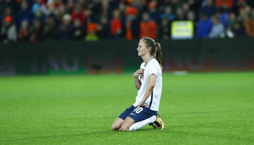 EM-FIASKO: Caroline Graham Hansen sitter på gresset etter at Norge ble slått ut av fotball-EM. Året har ikke vært tipp topp for de norske håndballjentene. Foto: Terje Pedersen / NTB scanpix