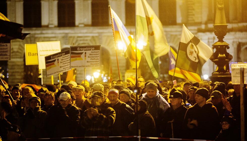 SPLITTES: Det er et år siden terroren mot julemarkedet i Berlin hvor 12 mennesker døde og 68 ble skadd. Nå splittes Tyskland politisk, og det er sterke motsetninger mellom den innvandrerfiendtlige og den demokratiske delen av befolkningen. Her fra en Pegida-demonstrasjon i Dresden. Foto: Henning Lillegård