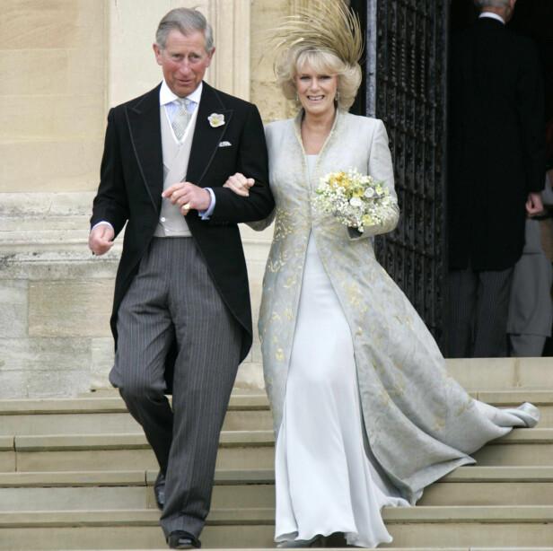 I 2005: prins Charles og hertuginne Camilla forlater St. George's Chapel ved Windsor Castle på sin bryllupsdag i april 2005. Foto: NTB scanpix