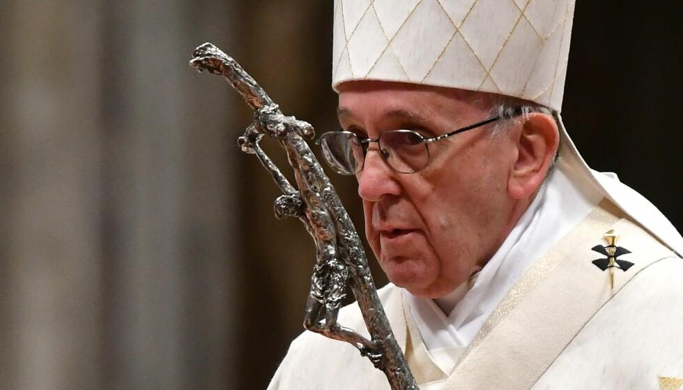 PAVE FRANS: I et ferskt brev til alle verdens katolikker gjentar han fordømmelsene, og erkjenner at overgrepene alt for lenge ble dysset ned.  Dette er positivt, men på langt nær nok. Foto: AFP PHOTO / ALBERTO PIZZOLI