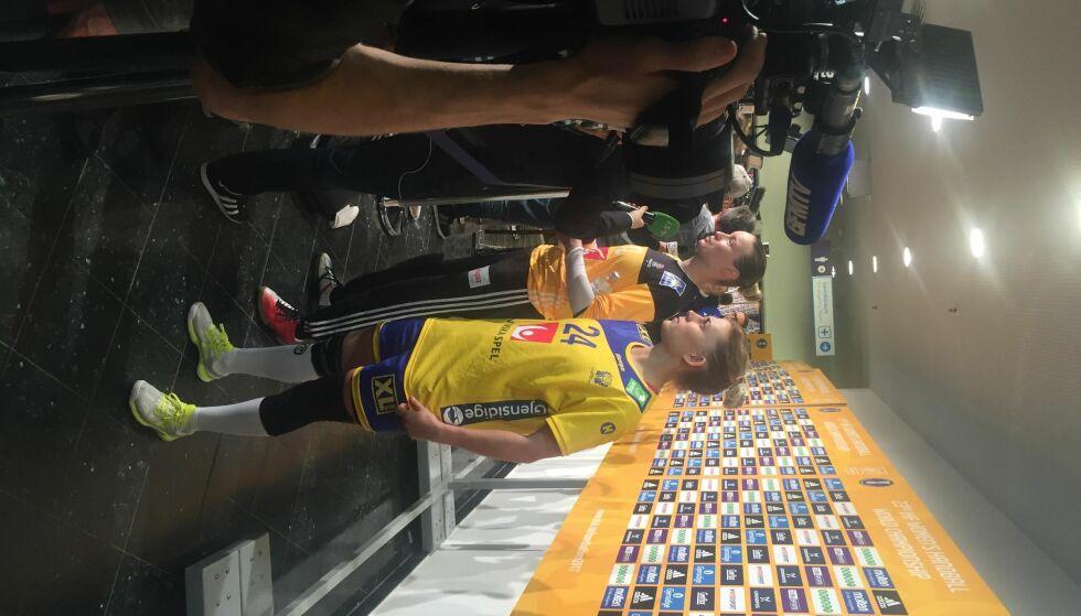 LIKE?: Sverige tapte mot Frankrike i VM-semifinalen i går. Sverige spilte i gule drakter - og var ganske likt kledd som Frankrikes målvakter. Foto: Fredrik Ø. Sandberg