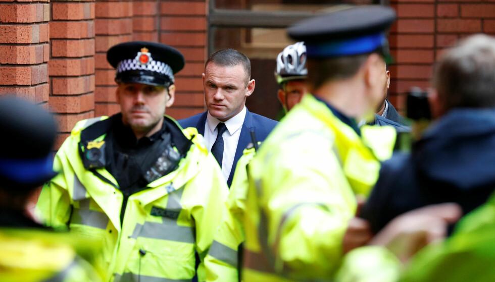 STORT VAKTHOLD: Wayne Rooney hadde greit med politifolk rundt seg da han møtte i retten i september. Foto: NTB scanpix