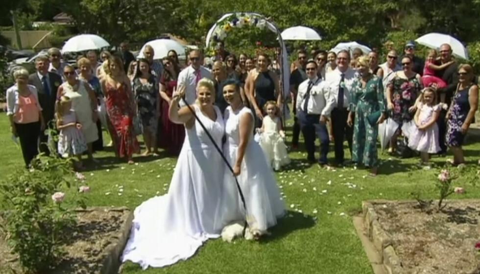 EKTEPAR: Amy Laker (venstre) og Lauren Price (høyre) ble et av de to første homofile parene som giftet seg i tråd med den nye australske loven som åpner for likekjønnet ekteskap. Foto: AP / NTB scanpix.
