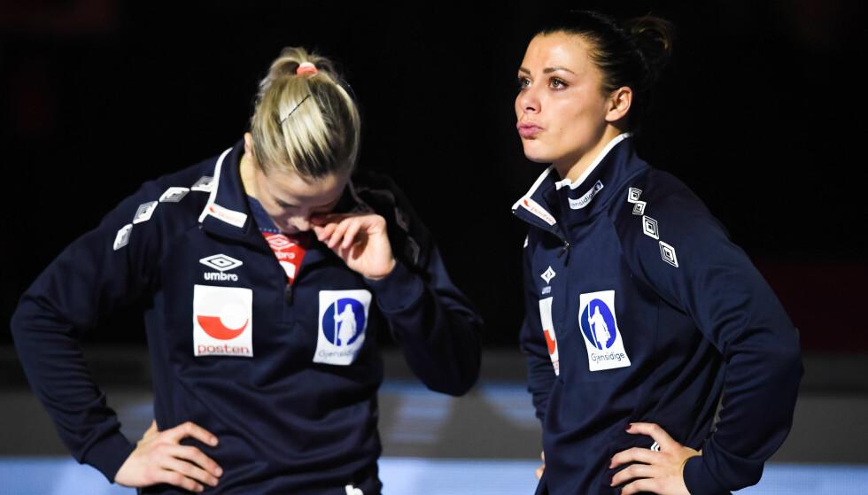 UTRØSTELIG: Nora Mørk gråt og var helt utrøstelig etter finaletapet. Her sammen med Heidi Løke. Foto: Bildbyrån