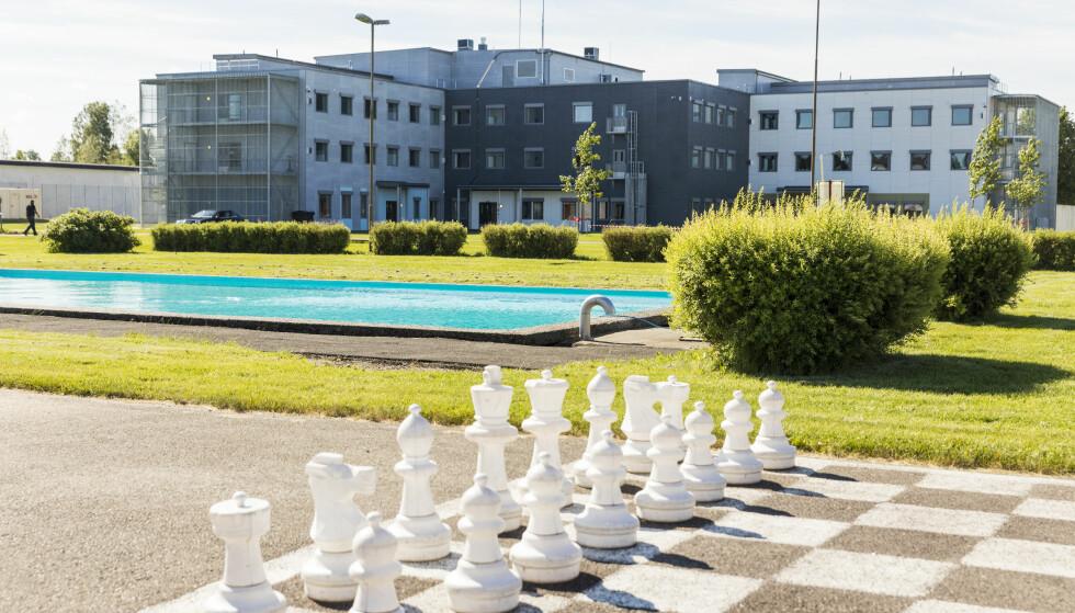 ULLERSMO FENGSEL: Det nye bygget på Ullersmo fengsel, med 96 nye plasser og svømmebasseng og sjakkspill i forgrunnen, fotografert i sommer. Foto: Tore Meek / NTB scanpix