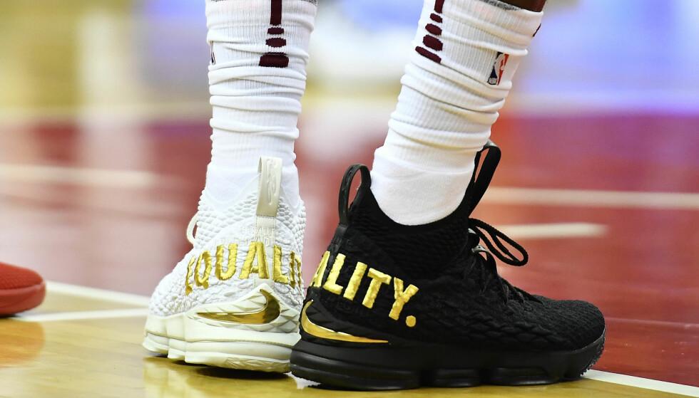 SORT OG HVIT: LeBron James valgte å bruke en hvit og en sort sko med «equality» skrevet i gull over hælen da hans Cleveland Cavaliers spilte mot Washington Wizard natt til til mandag. Foto: Brad Mills-USA TODAY Sports/NTB scanpix