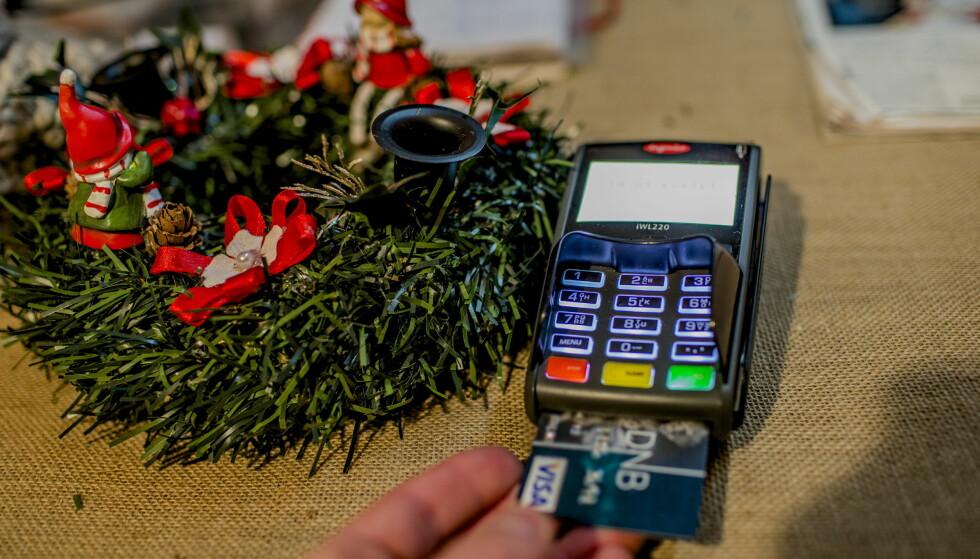 JULEHANDEL: Flere dro kortet i årets siste måned, viser tall fra Nets og BankAxept. Illustrasjonsfoto: Stian Lysberg Solum / NTB scanpix