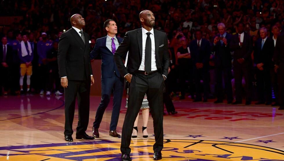 LEGENDE: En tydelig rørt Kobe Bryant smilte da hans to numre ble hengt opp i taket på Staples Center og fredet av Los Angeles Lakers for all fremtid. Seremonien tok sted i pausen av NBA-kampen mellom Lakers og de regjerende mesterne Golden State Warriors. Foto: AP Photo/Chris Carlson/NTB Scanpix