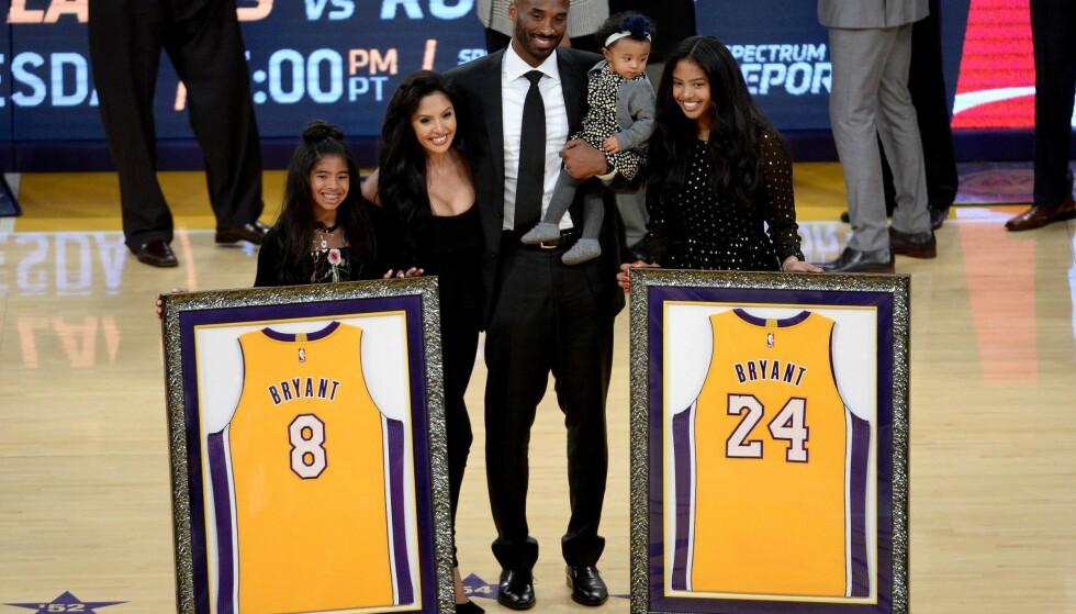 LANG KARRIERE: Gjennom en tjue år lang karriere spilte Bryant for Lakers, som valgte å frede begge draktnummerne legenden spilte i. Foto: Maxx Wolfson/Getty Images/AFP/NTB Scanpix