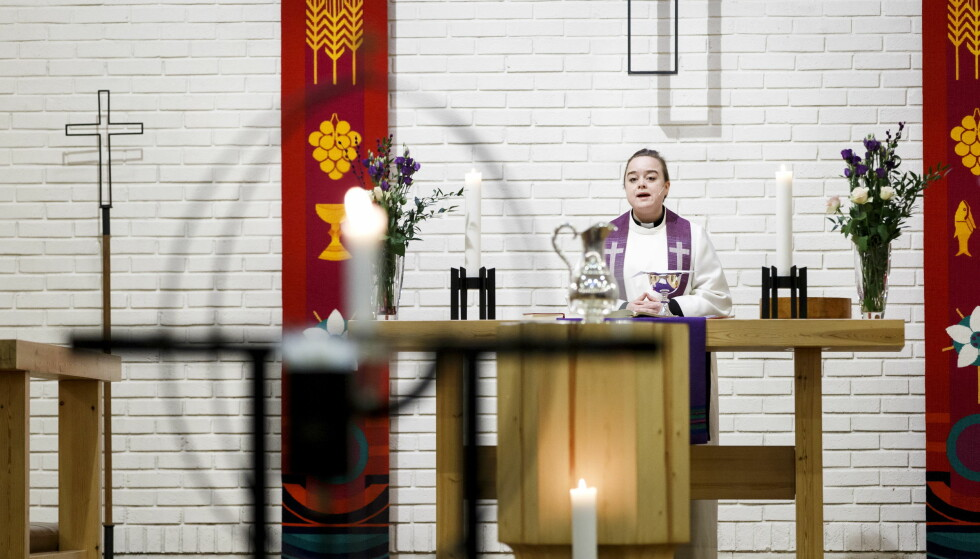 GUDSTJENESTE: Bildet viser en prest ved alteret i Byåsen kirke. Foto: Gorm Kallestad / NTB scanpix