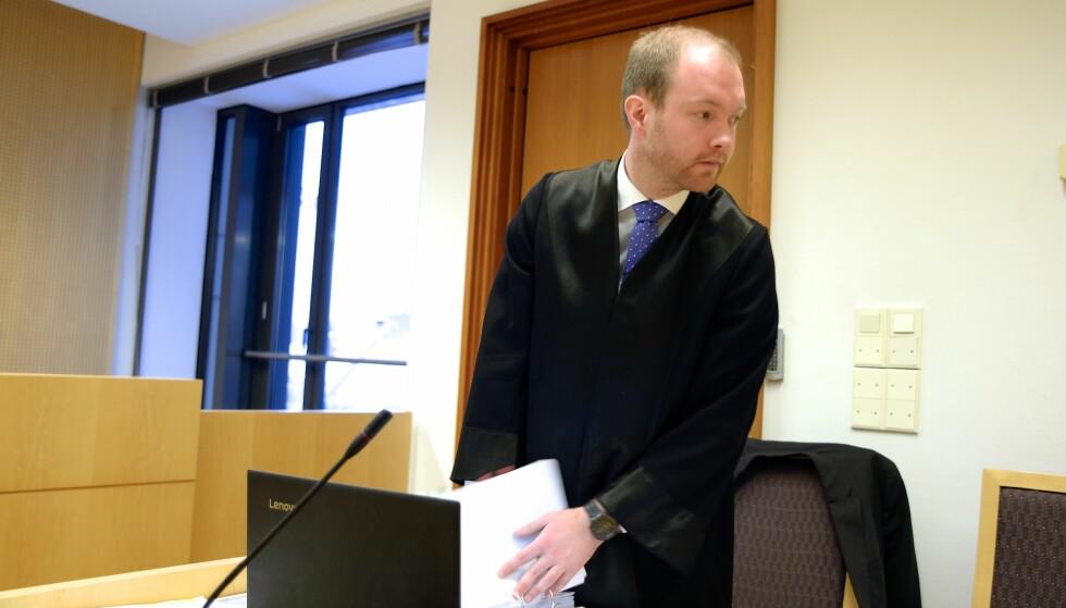 FORSVARER: Advokat Petter Sogstad Grannes forsvarer den tidligere fotballspilleren. Mannen i 20-åra erkjenner ikke straffskyld for det alvorligste punktet i tilfellet, nemlig grovt bedrageri av telefonselskapet Telia. Foto: Trym Mogen / Dagbladet