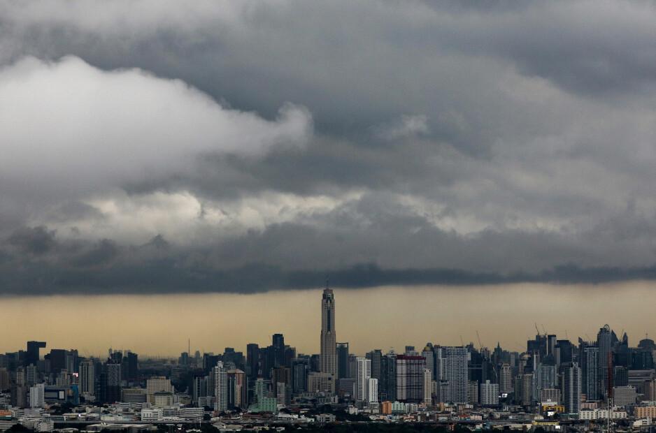 JULEVÆR: Det er ikke alltid sola skinner i Thailand heller. Dette bildet fra Bangkok er tatt i oktober i år, men heller ikke for julehøytiden ser værutsiktene spesielt lovende ut. Foto: NTB Scanpix