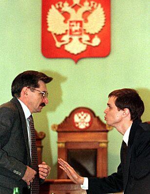 Skkerhetspolitiet FSB arresterte den tidligere ubåtkapteinen Aleksandr Nikitin (til venstre) og siktet ham for landsforræderi i februar 1996. Nær seks år og over ti rettssaker seinere, var han frikjent. Mye takket være jobben som ble nedlagt av advokat Ivan Pavlov (til høyre). Foto: Alexander Demianchuk / Reuters / NTB Scanpix