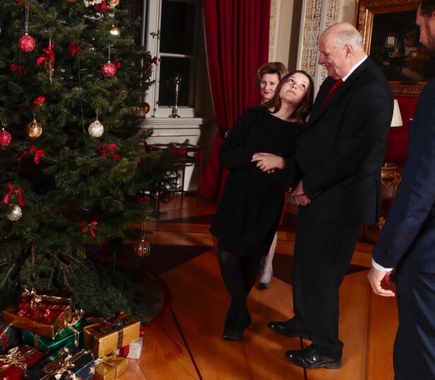 BEUNDRER PYNTEN: Kong Harald, dronning Sonja og prinsesse Ingrid Alexandra ved juletreet på Slottet. Foto: Lise Åserud / NTB scanpix
