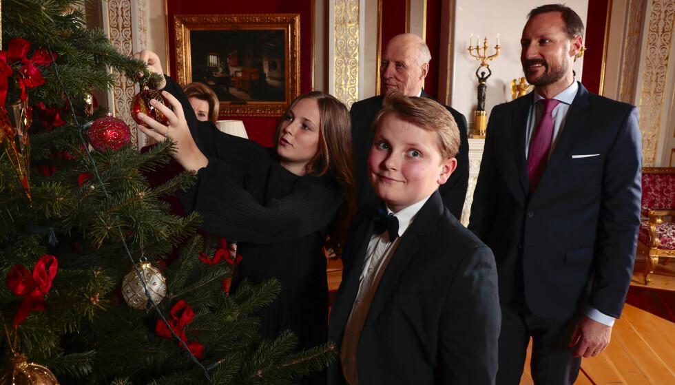 GOD JUL, DA! Prins Sverre Magnus og co. koser seg med juletrepynting. Foto: Lise Åserud / NTB Scanpix