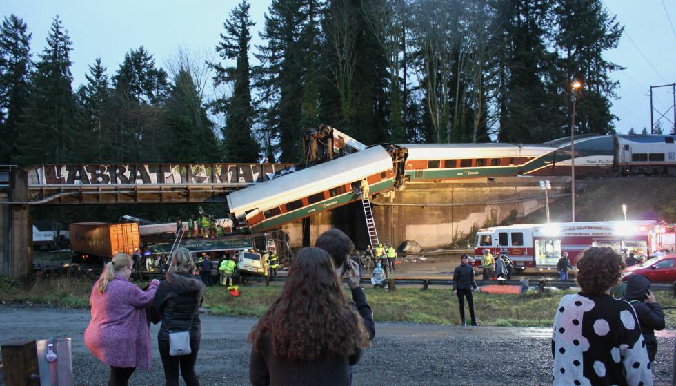 AKTIVERT AUTOMATISK: Nødbremsen på passasjertoget som krasjet sør for Seattle mandag, ble aktivert automatisk og ikke av sjåføren. Foto: Daniella Fenelon / AP / NTB scanpix