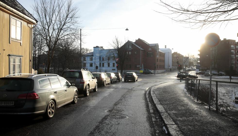 Rett nord for Ring 2: Noen parkeringsplasser nederst i Maridalsveien må fjernes. Siden Maridalsveien er envegskjørt siste delen ned mot Ring 2, vil beboerne der passere en bomstasjon uansett om de skal inn eller ut av byen. Foto: Lise Åserud / NTB scanpix