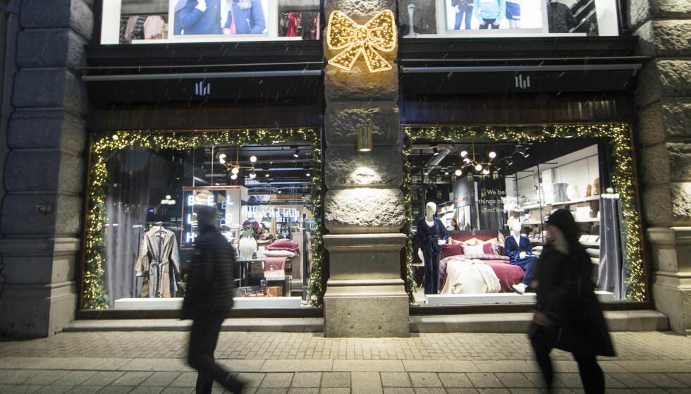 DESPERAT INNSPURT: I disse dager går kredittkortene varme i julegatene i Oslo sentrum. Her fra Glasmagasinet i Oslo. Foto: Terje Pedersen / NTB scanpix