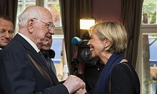 MEDALJE: Harry Sønsterød og daværende forsvarsminister Anne Grete Strøm-Erichsen under medaljeutdeling til Osvald-gruppa i 2013. Foto: Berit Roald / NTB scanpix