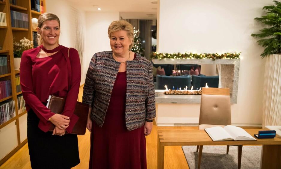 NOBBELT MØTE: Jovialt møte mellom ICAN-sjefen Beatrice Fihn og Erna Solberg (H) i statsministerresidensen i forbindelse med Nobels fredspris tidligere denne måneden. Men det vakte en smule oppsikt at Solberg avsto fra å klappe for fredsprisvinneren under utdelingen. Foto: Odd Andersen / AFP / NTB Scanpix