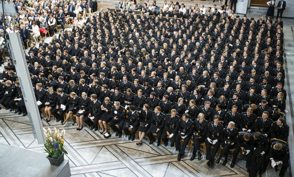 UTDANNER POLITIFOLK: Hvert år kommer nye politifolk ut av Politihøgskolen i Oslo. Ikke alle når like langt som avgangsstudentene på dette bildet. Foto: Gorm Kallestad / NTB scanpix